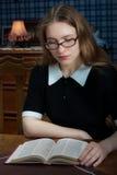 Mujer joven con un libro Imagen de archivo libre de regalías