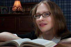 Mujer joven con un libro Fotografía de archivo libre de regalías