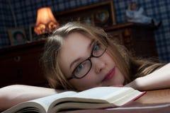 Mujer joven con un libro Imagenes de archivo