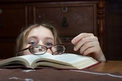 Mujer joven con un libro Fotografía de archivo