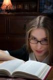 Mujer joven con un libro Fotos de archivo libres de regalías
