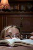 Mujer joven con un libro Imagen de archivo