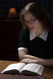 Mujer joven con un libro Fotos de archivo