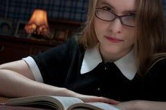 Mujer joven con un libro foto de archivo