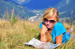 Mujer joven con un mapa del viaje Imagenes de archivo