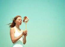 Mujer joven con un molinillo de viento colorido fotografía de archivo libre de regalías