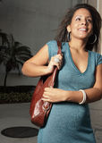 Mujer joven con un monedero Imagen de archivo libre de regalías