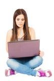 Mujer joven con un ordenador Imagenes de archivo