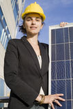 Mujer joven con un panel solar Imagen de archivo
