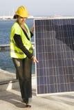 Mujer joven con un panel solar Fotografía de archivo