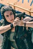 Mujer joven con un pelo corto en un mundo posts-apocalíptico imagen de archivo