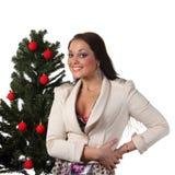 Mujer joven con un árbol de navidad Fotos de archivo