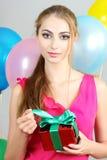 Mujer joven con un regalo en manos Foto de archivo