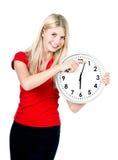 Mujer joven con un reloj aislado en blanco Imagen de archivo