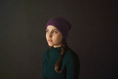 Mujer joven con un sombrero en un fondo oscuro Imagenes de archivo