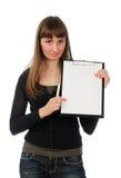 Mujer joven con un sostenedor de papel Imagen de archivo