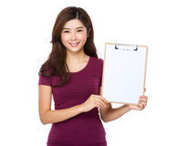 Mujer joven con un tablero imágenes de archivo libres de regalías