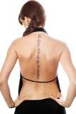 Mujer joven con un tatuaje en ella detrás imágenes de archivo libres de regalías