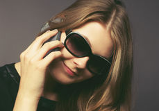 Mujer joven con un teléfono móvil Fotografía de archivo