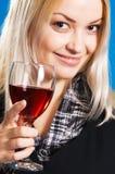 Mujer joven con un vidrio de vino rojo Fotos de archivo