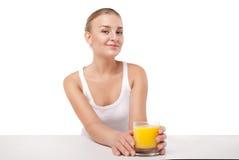 Mujer joven con un vidrio de zumo de naranja aislado Imagen de archivo