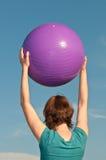 Mujer joven con una bola de la aptitud Foto de archivo libre de regalías