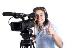 Mujer joven con una cámara de vídeo Fotos de archivo libres de regalías