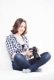 Mujer joven con una cámara del dslr Imagenes de archivo