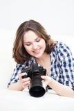 Mujer joven con una cámara del dslr Foto de archivo libre de regalías