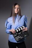 Mujer joven con una chapaleta de la película Imagen de archivo