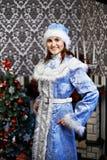 Mujer joven con una doncella de la nieve del traje de la Navidad Fotografía de archivo libre de regalías