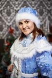 Mujer joven con una doncella de la nieve del traje de la Navidad Imágenes de archivo libres de regalías