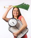 Mujer joven con una escala del peso imagen de archivo