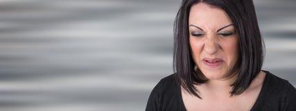 Mujer joven con una expresión del repugnancia fotografía de archivo