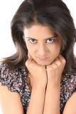 Mujer joven con una expresión enojada Imagen de archivo