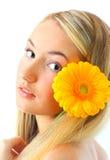 Mujer joven con una flor Imágenes de archivo libres de regalías