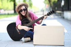Mujer joven con una guitarra Imagenes de archivo
