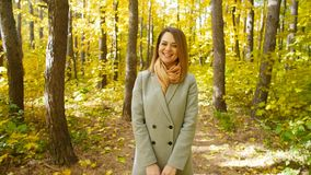Mujer joven con una maleta en un parque del otoño almacen de metraje de vídeo