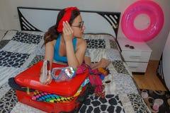Mujer joven con una maleta roja, los viajes y la reconstrucción, turismo Muchacha y una maleta turista femenino hermoso con la ma Fotografía de archivo