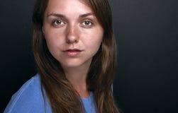 Mujer joven con una mirada fuerte Imagen de archivo libre de regalías