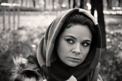 Mujer joven con una mirada triste Foto de archivo libre de regalías