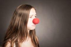 Mujer joven con una nariz del payaso Fotos de archivo libres de regalías