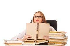 Mujer joven con una pila de los libros Fotos de archivo
