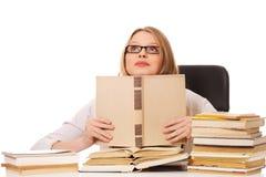 Mujer joven con una pila de los libros Fotografía de archivo