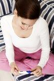 Mujer joven con una prueba de embarazo positiva imagen de archivo
