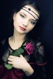Mujer joven con una rosa. estilo medieval Imagenes de archivo
