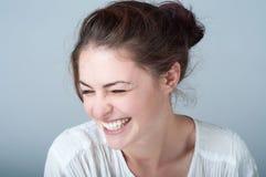 Mujer joven con una sonrisa hermosa Imágenes de archivo libres de regalías