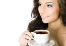Mujer joven con una taza de bebida caliente Imágenes de archivo libres de regalías