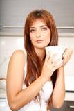 Mujer joven con una taza de café Imagenes de archivo