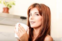 Mujer joven con una taza de café Imagen de archivo libre de regalías